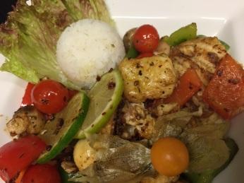 Waller auf mediterranem Gemüse und Reis Wels Gemüseteller