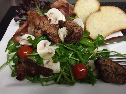 Waller Salat mit Schinkenchips und Welsleber1